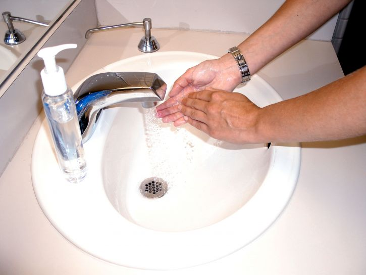 washing-hands-with-soap-and-water-or-an-alcohol-scrub-725x544