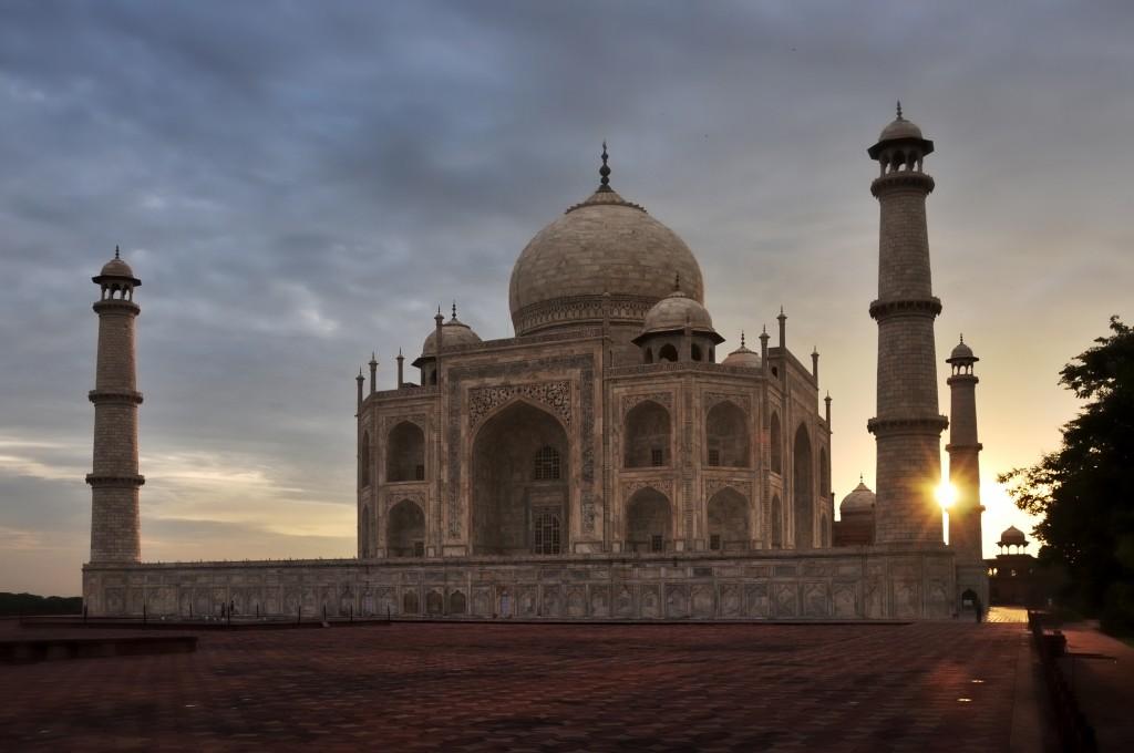 Taj_Mahal_Tomb_at_sunrise